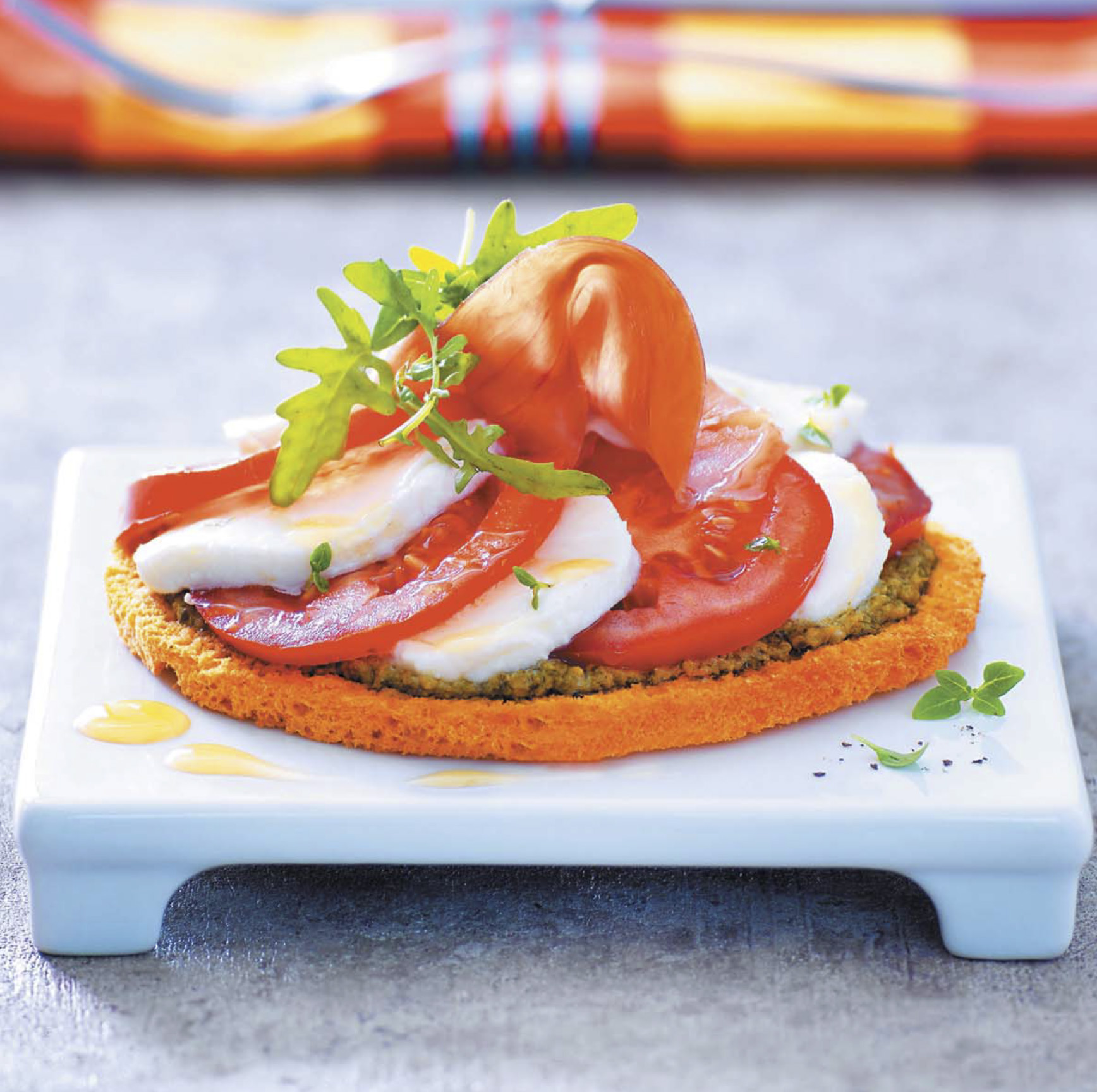 Моцарелла с помидорами на тонком хлебном тарте