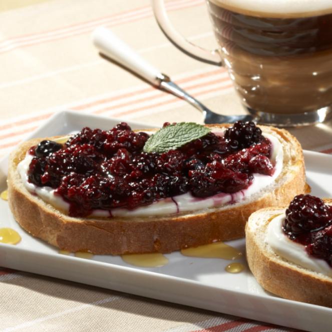 Тост с йогуртом и ягодами