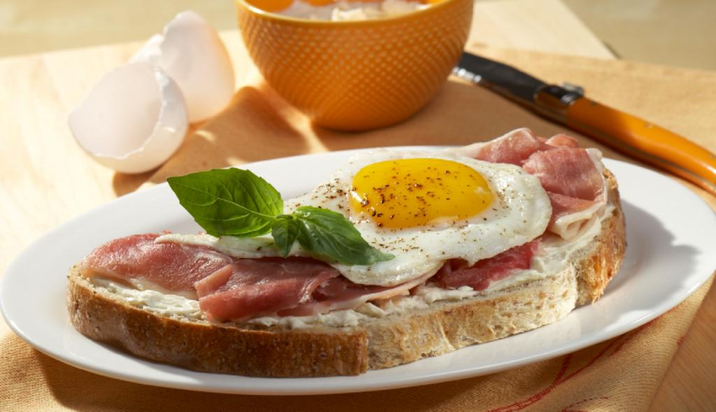 Хлеб с яйцами и проскютто