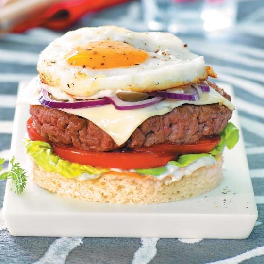 Бургер с яйцом на хлебе фокачча